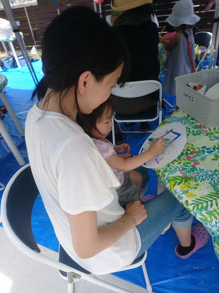 うちわづくりのイベントは、皆さま思い思いの絵を描いてシールをぺたぺた