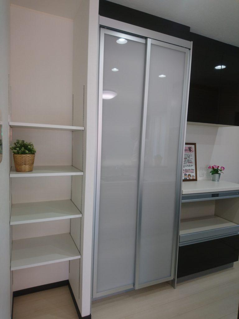 収納たくさんで奥様にっこりの、キッチン脇の多段棚