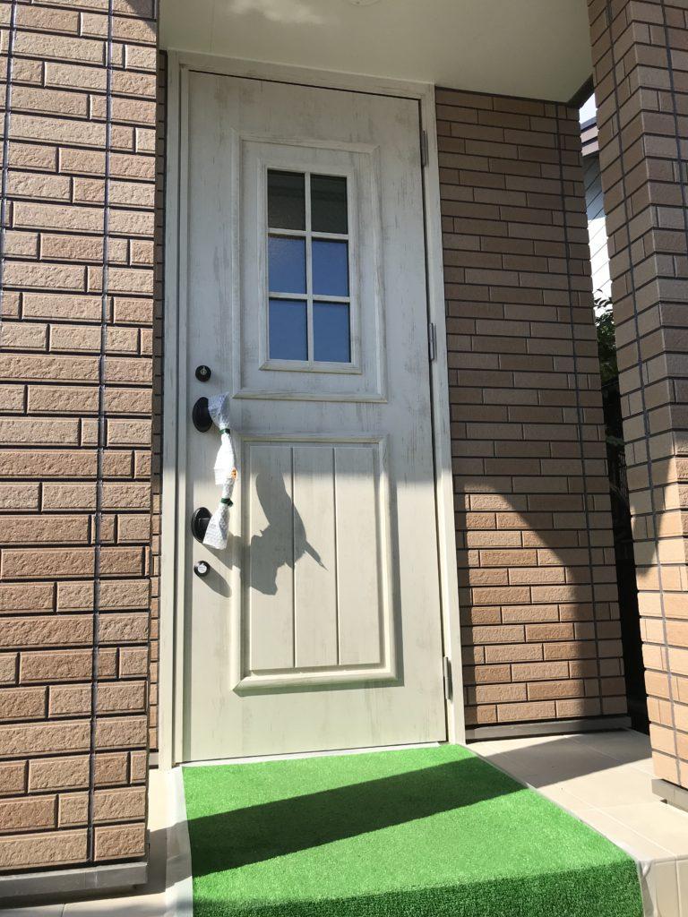 今回見学会会場としてお貸しいただいたお家を少しだけご紹介させていただきます。まずは玄関ドア!